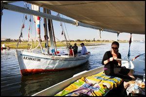 NIL-IDYLL: Å ta lunsjen om bord i en av de karakteristiske felukkabåtene på Nilen er et fredelig og behagelig avbrekk fra all tempeltråkkingen. Foto: Tore Kristiansen.