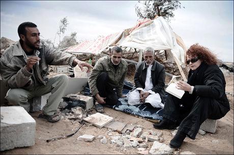 ETTERFORSKER: Amnesty internasjonals Donatella Rovera leder etterforskningen av Hamas sine likvideringer. Her er hun avbildet mens hun undersøker om Israel har brukt hvitt fosfor i angrep på Gaza. Foto: AFP