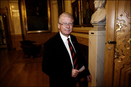 REFSER: Tidligere Frp-formann Carl I. Hagen mener Nav bør kunne behandle søknader om dagpenger på en halvtime. Foto: Trond Sørås