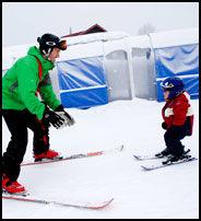 FAR OG SØNN: Arne Glæstad og sønnen Hans August (2,5) trener i barnebakken utenfor den ene barneskiheisen på Skeikampen. Foto: GEIR OLSEN.
