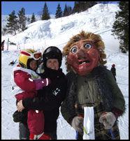 VINTER-VOSS: Maskoten Grebbe Hangur råder på Voss Resort - her sammen med Gry Senderud og datteren Marte S. Væhle. Foto: VOSS RESORT.