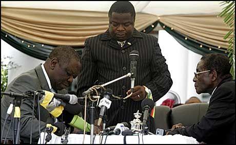 TATT I ED: Opposisjonsleder Morgan Tsvangirai (t.v.) fra MDC ble onsdag tatt i ed som statsminister i en ny samarbeidsregjering med Robert Mugabes (t.h.) ZANU-PF. Foto: Reuters