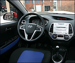 MULTIMEDIA: Fra rattet kan du operere radioen, og nederst i senterkonsollen er det kontakter for USB, mp3 og ipod Foto: Hanne Hattrem