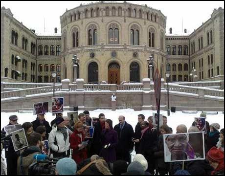 SAMLET: Representanter fra Den norske kirke, miljøforkjempere og politikere møttes utenfor Stortinget for å markere motstand mot oljeboring utenfor Lofoten og Vesterålen tirsdag formiddag. Foto: Mads A. Andersen
