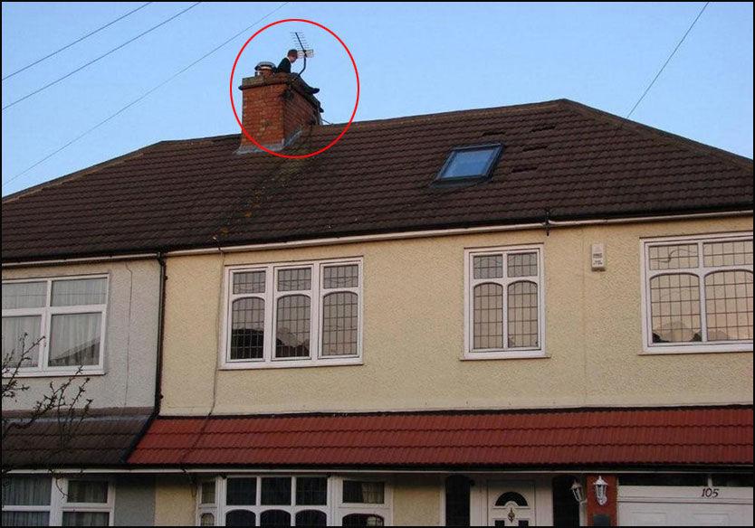 LESER BOK: Her poserer erkebiskopens sønn på taket med en bok i forbindelse med et skoleprosjekt. Foto: AP
