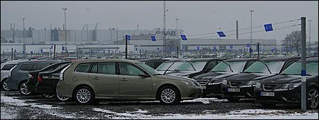 MANGE BILER: Utenfor fabrikken i Trollhättan stå det lange rekker med Saaber klare for levering. Foto: Freddy S. Fagerheim