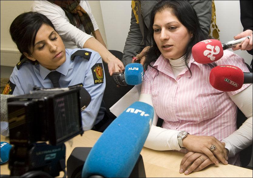 - NEI TIL HIJAB: Navijat Sandhu fra Stovner politikammer og Sugharan Khan, politioverbetjent på Politihøyskolen i Oslo snakker til pressen etter hijab-møte hos Politiets Fellesforbund. Foto: Scanpix