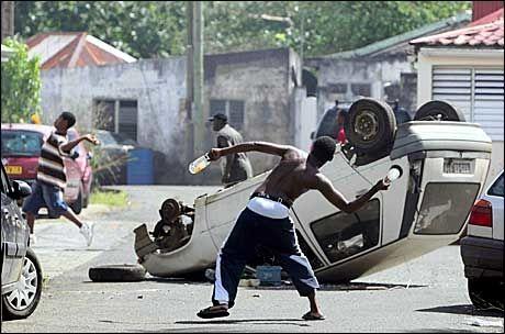 AVBESTILLER: Cruiseturister avbestiller feriene sine etter opptøyene som utspiller seg i Karibia. Dette bildet er fra Saint Rose på Guadeloupe. Foto: EPA