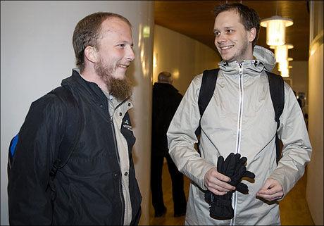 HAR SOLGT: Gründerne Peter Sunde (t.h.) og Gottfrid Svartholm Warg ankommer Tingretten i Stockholm har solgt det svenske fildelingsnettstedet Pirate Bay. Foto: Scanpix