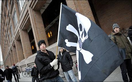 PROTESTERER: Rettsaken mot Pirate Bay-bakmennene er i gang i Stockholm. Protestanter hadde samlet seg utenfor tingretten i morgentimene mandag. Foto: Scanpix
