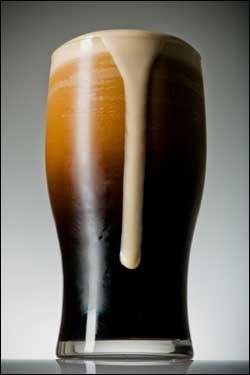 JUBILERER: Guinness-ølet har mye snak og metter godt. I år fyller det 250 år - og Irlands Dublin er stedet å feire det sorte brygget. Foto: iStockphoto