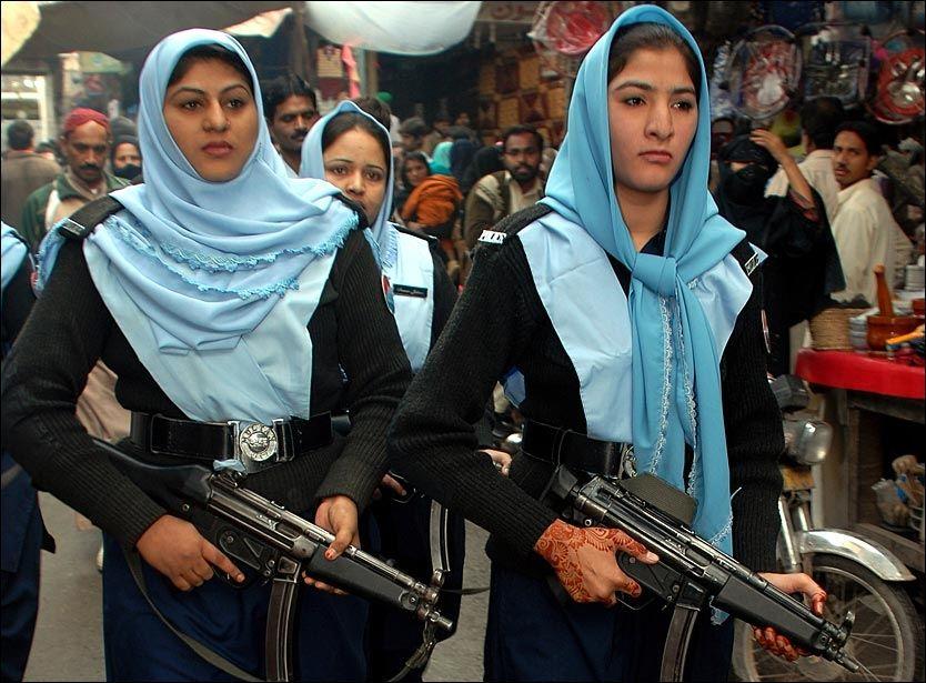 POLITI-HIJAB: Det er lov å bruke både hijab og turban i pakistansk politi. Her er en gruppe pakistanske politikvinner fotografert iført hijab under den muslimske høytiden Eid i desember 2008. Foto: AP