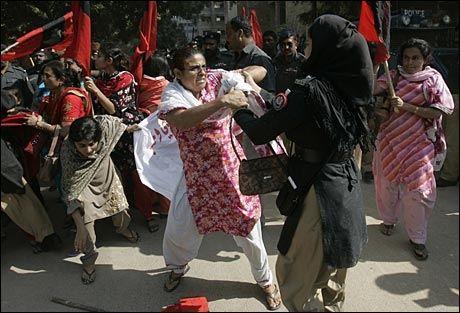 HIJAB-POLITI: En pakistansk politikvinne med hijab prøver å rive et banner ut av nevene fra en kvinne som demonstrerer i Hyderabad mot unntakstilstanden som var, 23. november 2007. Foto: REUTERS