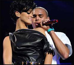 STJERNEPAR: Rihanna og Chris Brown - her på scenen i Madison Square Garden i desember i fjor. Foto: AP