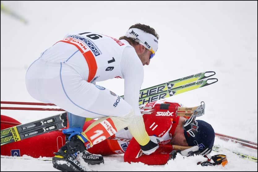 GRATULERTE NORTHUG: Anders Södergren var raskt fremme og gratulerte Petter Northug like etter målpassering. Foto: Scanpix
