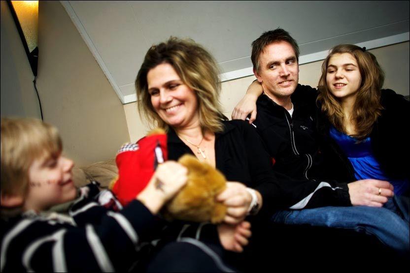 FAMILIEN: - Det er familien som har holdt meg gående hele tiden, sier Espen Steen. Her med Oliver (5), kona Heidi og Emilie (12). Foto: