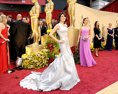 TERNINGKAST SEKS: Marisa Tomei får full pott for Versace-kjolen hun bar i natt. Foto: AFP