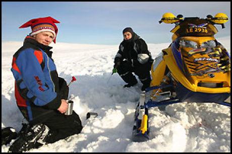 ALLE SKAL TIL FINNMARK: Scooterkjøring er en populær turistaktivitet i Finnmark. Men vet du hvor fort du har lov til å kjøre på de eviglange hvite viddene? Foto: Dag Fonbæk.