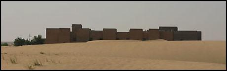 """MIDT I SANDEN: Dubai er i rivende utvikling som reisemål, men samtidig er """"emiratet i sanden"""" følsomt i miljøsammenheng. Sandhoteller med bassengluksus og spa-tjenester dukker opp midt ute i ørkenen, og river opp noe """"evig"""" og ubrørt. Foto: Dag Fonbæk Foto:"""