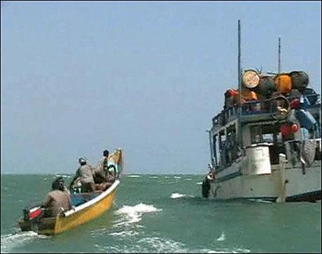 PIRATER: Dette bildet viser en speedbåt med sjørøvere som er på vei til moderskipet utenfor kysten av Somalia. Foto: SCANPIX