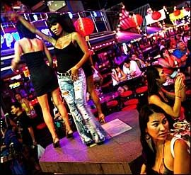 JENTE-GUTTER: I Patpong (Silom) ligger jentebarene tett. Og de aller flotteste jentene er gjerne gutter. Foto: Terje Bringedal