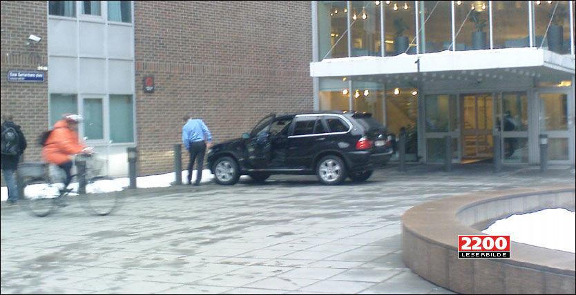 BRUSTAD-BULK: Regjeringsbilen fikk en dårlig start på dagen. Her har sjåføren fått opp døren igjen etter uhellet. Foto: Christina Dorthellinger