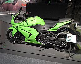 NINJA: Kawasaki lover mye når de plasserer det tradisjonsrike Ninja-navnet på en motorsykkel, her leverer de en 250 som er billigst å forsikre for de over 30 år. Foto: Morten Broks / Bike