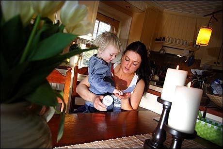 HJEMME: Hjemmearbeidende husmor Renate Røvik (27) bruker mye av sin hverdag på kjøkkenet. Her sammen med minstemann Marcus Røvik (3). Foto: Petter Emil Wikøren/VG