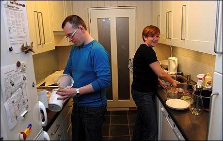 ARBEIDSDELING: Her vasker Elin Langseth Solheim og Thomas Solheim opp etter middagen. Foto: Petter Emil Wikøren/VG