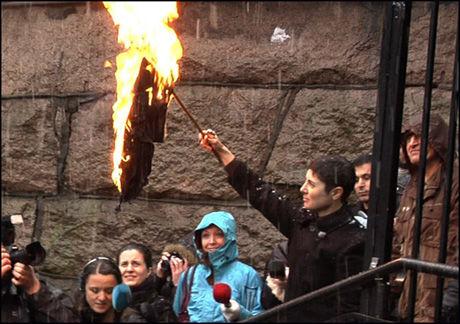- DEILIG: Sarah Azmeh Rasmussen fikk til slutt fyr på hijaben under markeringen av Kvinnedagen, og var tydelig stolt. - Det var deilig, sa hun etterpå. Foto: Merete Gamst