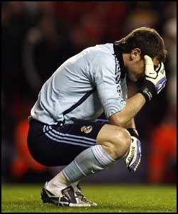 DEPPET: Slik så Iker Casillas ut etter at Andreas Dossena hadde scoret Liverpools fjerde mål. Casillas var for øvrig strålende bakerst for Real på Anfield. Foto: AP