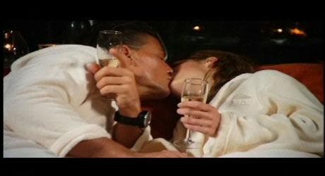 FØRSTE KYSS: Jørgen (30) og Katinka (21) under den første ordentlige romantiske settingen i «Ungkaren 20 vs. 40» på TVN. Foto: TVNorge