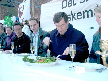 SPISTE: Daværende energiminister Einar Stensnæs stilte i 2003 opp på torskemiddag hos miljøorganisasjonene. Foto: Natur og Ungdom