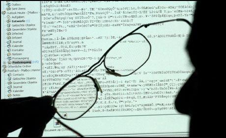 PASS PÅ: 1000 av politiets datamaskiner ble i går slått ut av en dataorm. Foto: EPA