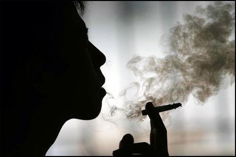 UNDER DISK: Tobakksvarer og røykeutstyr skal nå under disk. Foto: AP