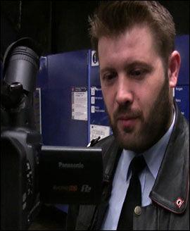 BETENKT: Branninspektør Daniel Johansen ser VGTVs testbrann. Han mener materialet brenner for godt. Foto: VGTV