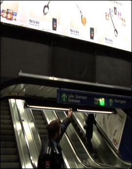 SKUMMEL PLASSERING: Dersom reklamebannerne tar fyr, kan folk risikere å få brennende plastbiter i nakken. Daniel Johansen frykter pyromaner mer enn storbrann. Foto: VGTV
