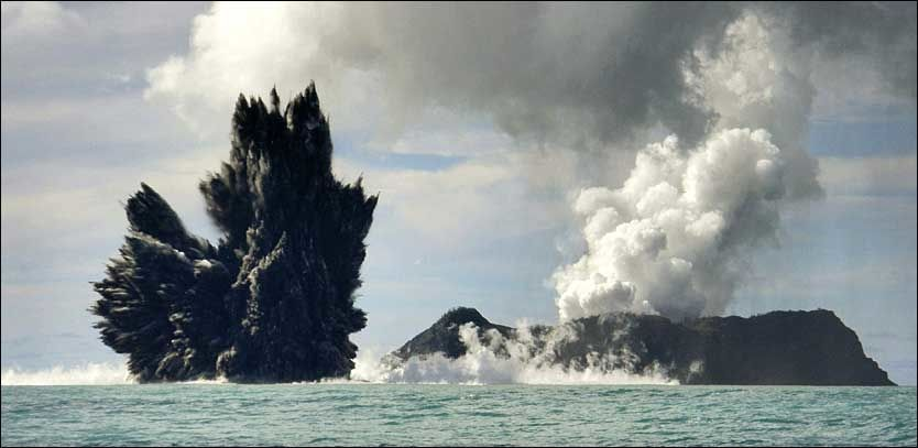 VULKANUTBRUDD: Dette bildet av et underjøisk vulkanutbrudd ble tatt onsdag rett utenfor kysten av Tonga. Det er ikke kjent om jordskjelvet i dag har sammenheng med vulkanutbruddet. Foto: Reuters