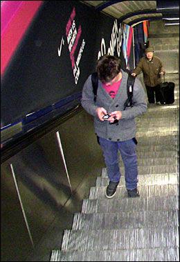 OVERALT: De nye reklamebannerne dominerer alle Oslos sentrumstasjoner, som Stortinget, Jernbanetorget og Nationaltheatret. Foto: