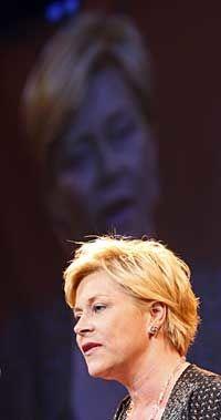 KRITISERER: Siv Jensen mener statsminister Jens Stoltenberg er feig. Foto: Scanpix