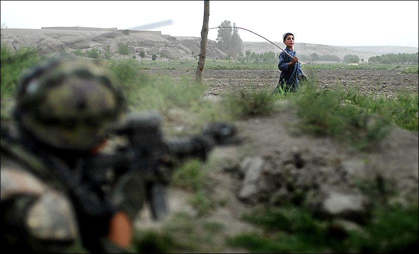 ØKT USIKKERHET: Afghanere flest føler seg mer utrygge, til tross for økt tilstedeværelse av NATOs ISAF-soldater, her i Helmand provinsen. Likevel støtter de aller fleste afghanere i en ny undersøkelse de internasjonale styrkenes nærvær. Foto: Harald Henden