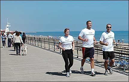 TRENER PÅ COSTA BLANCA: I Torrevieja har Ulf Johansen bygget opp treningsfasiliteter for proffboksere. Her er han (høyre) på joggetur med Ole Klemetsen og Anna Ingman ved stranden La Mata. Foto: TERJE ASPDAHL, spaniaavisen.no