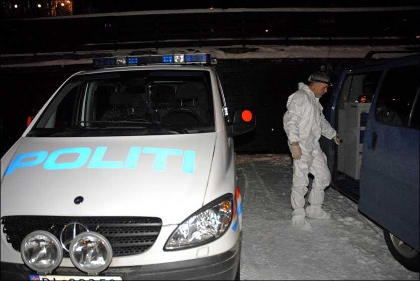 FANT TRE DREPTE: Politiet jobbet søndag kveld i huset i Tromsdalen hvor tre personer ble funnet drept tidligere på dagen. Åstedet er hjemmet til siktede. Foto: Scanpix
