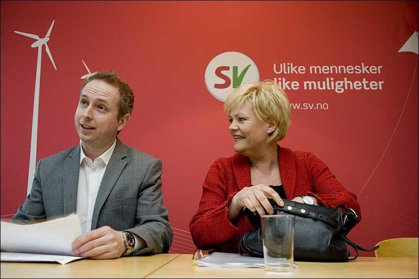 FÅR MASSIV KRITIKK: SV, her representert ved nestleder Bård Vegar Solhjell og partileder Kristin Halvorsen får sterk kritikk for vedtaket om at alternative privatskoler skal avvikles - nå også fra menneskerettighetseksperter. Foto: SCANPIX
