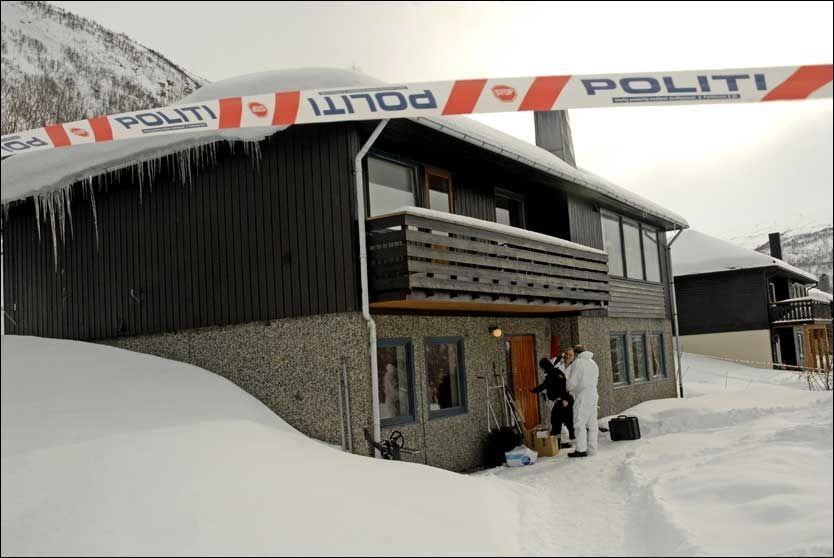 ÅSTED: Kriminalteknikere fra politiet arbeidet mandag på åstedet for søndagens trippekldrap i Tromsdalen. Foto: Scanpix