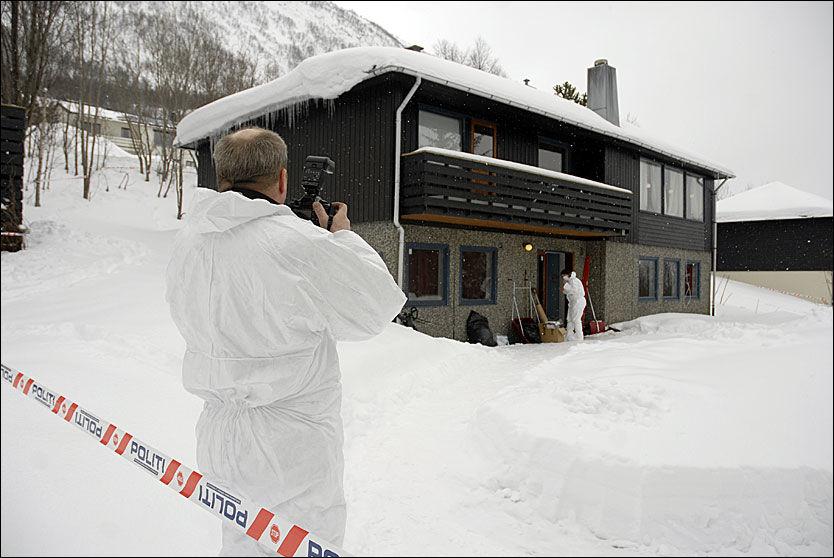 SIKRER BEVIS: Kriminalteknikere fra politiet arbeidet mandag på åstedet for søndagens trippeldrap i Tromsdalen. Foto: SCANPIX