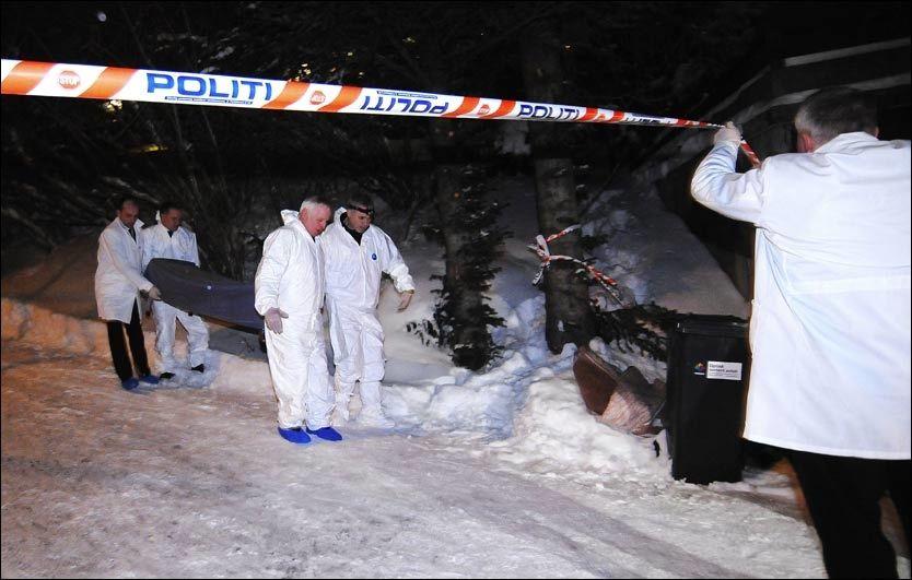 BÆRES UT: De drepte ble båret ut av eneboligen i Tromsø søndag kveld. Foto: Marius Hansen