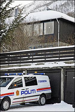 ÅSTEDSGRANSKING: Politiet fortsatte mandag arbeidet på åstedet i Tomasjordveien i Tromsdalen. Foto: SCANPIX