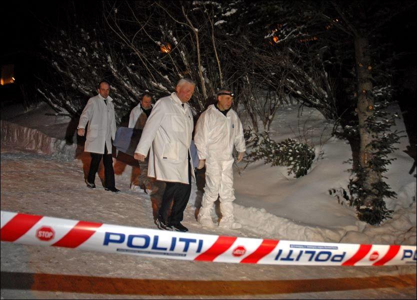 BÆRES UT: De drepte bæres ut av eneboligen i Tromsø. Foto: Rune Stoltz Bertinussen