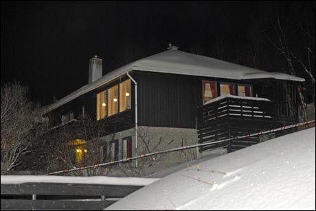 HER SKJEDDE DET: I denne boligen i Tromsdalen ble tre mennesker i går funnet drept. Foto: SCANPIX
